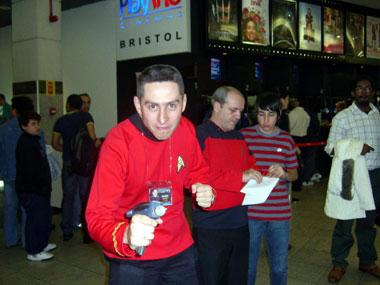 Qual será o futuro deste camisa vermelha? Desintegrado? Morto por um alienígena?