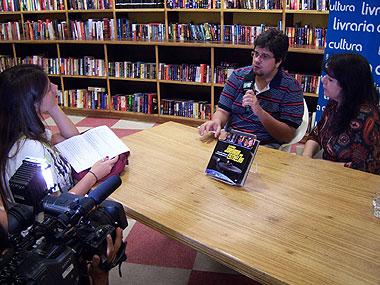 Os autores sendo entrevistados pela MTV